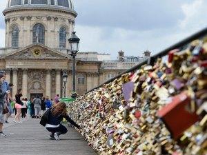 paris_love_locks_getty6_1433186186999_19073883_ver1.0_640_480